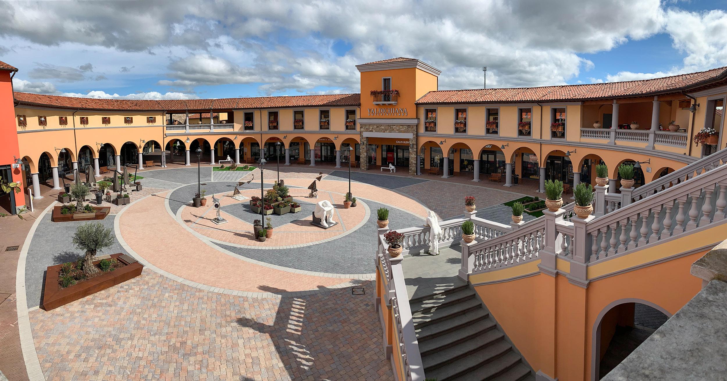 Valdichiana Outlet Village Piazza Maggiore Solids
